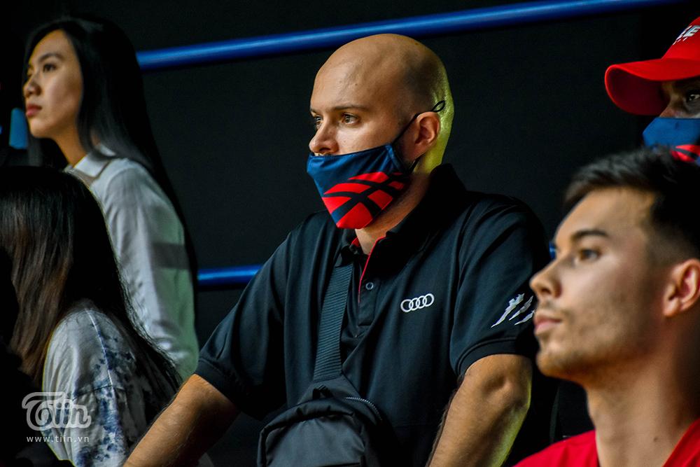 Xuất hiện trên khán đài VBA Arena tối qua 15/10, đội hình Thang Long Warriors ngay lập tức gây chú ý với nhiều ống kính phóng viên. Thầy trò HLVPredrag Lukic có mặt từ sớm, theo dõi cầu thủ Saigon Heat và Cantho Catfish tập luyện.