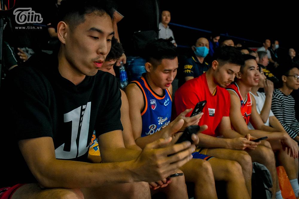 Cuộc chạm trán của Saigon Heat và Cantho Catfish không chỉ thu hút sự quan tâm của người hâm mộ mà với ban huấn luyện Thang Long Warriors, đây cũng là sự kiện đáng để lưu tâm. Ngồi lặng lẽ trên khán đài, HLV trưởng và một số cầu thủ chính theo dõi lối chơi của đối phương, nghiên cứu và phân tích trước khi bước vào trận đấu đầu tiên vào tối nay 16/10.