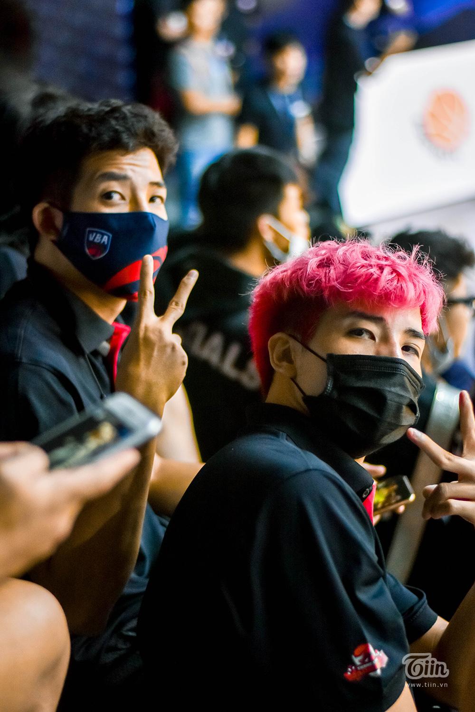 Hoàng Ca - Đạt Doc ngồi một góc trên sân. Hai anh em cầu thủ này được dự đoán sẽ có suất trong đội hình ra sân chính thức tối nay.