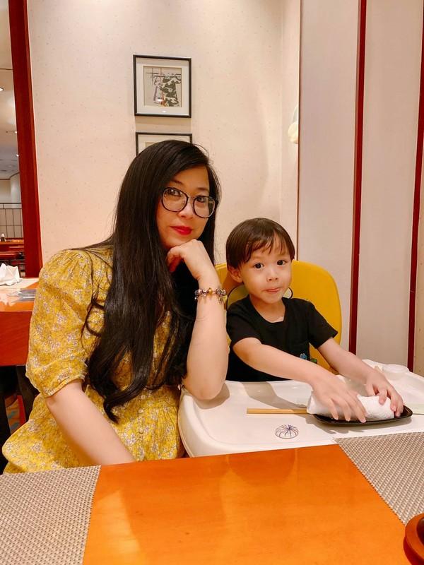 Chị Phương và con trai.