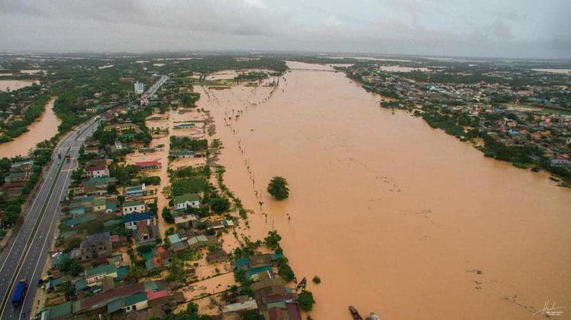 Xót xa cảnh miền Trung ngập trong biển nước mùa mưa lũ.