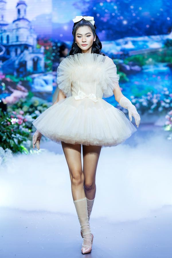 Thanh Hằng hóa công chúa xinh đẹp, làm vedette khép lại show diễn cổ tích 2