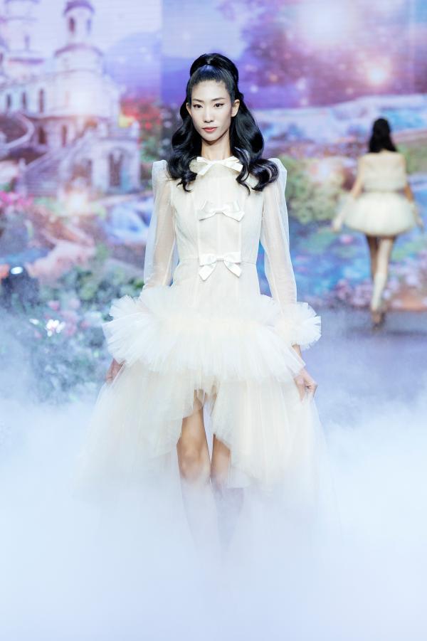 Thanh Hằng hóa công chúa xinh đẹp, làm vedette khép lại show diễn cổ tích 3