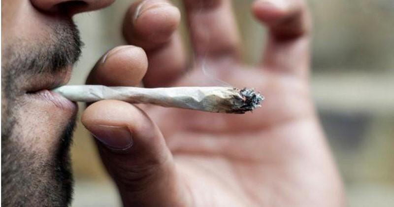 Nam giới hút thuốc có chứa cần sa