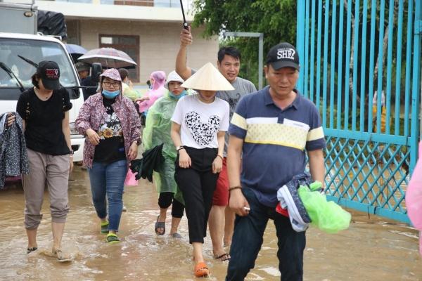 Không ồn ào phô trương, Mỹ Tâm lặng lẽ ra Quảng Nam để phân phát lương thực cho bà con vùng lũ 2