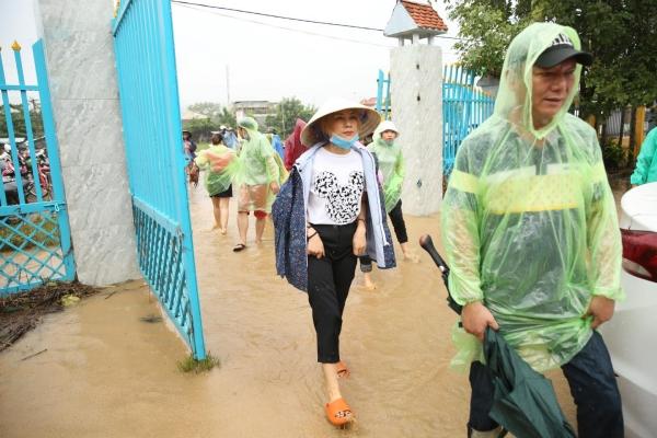 Mỹ Tâm phải xắn quần, đội mưa vào nơi phân phát lương thực cho bà con