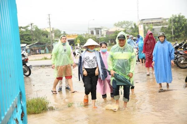Không ồn ào phô trương, Mỹ Tâm lặng lẽ ra Quảng Nam để phân phát lương thực cho bà con vùng lũ 8