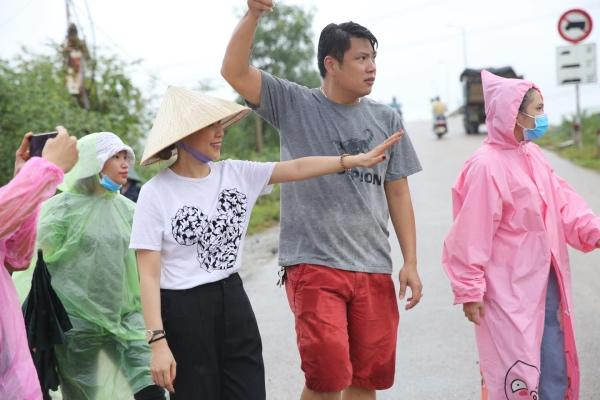Không ồn ào phô trương, Mỹ Tâm lặng lẽ ra Quảng Nam để phân phát lương thực cho bà con vùng lũ 9