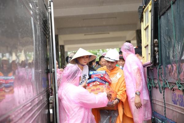 Không ồn ào phô trương, Mỹ Tâm lặng lẽ ra Quảng Nam để phân phát lương thực cho bà con vùng lũ 4