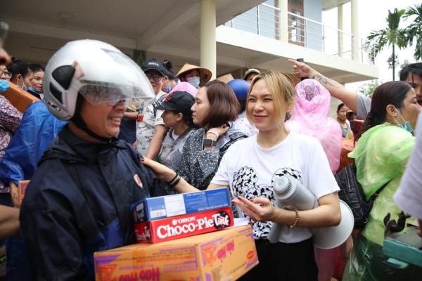Không ồn ào phô trương, Mỹ Tâm lặng lẽ ra Quảng Nam để phân phát lương thực cho bà con vùng lũ 5