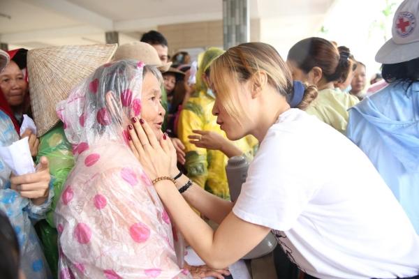 Không ồn ào phô trương, Mỹ Tâm lặng lẽ ra Quảng Nam để phân phát lương thực cho bà con vùng lũ 6