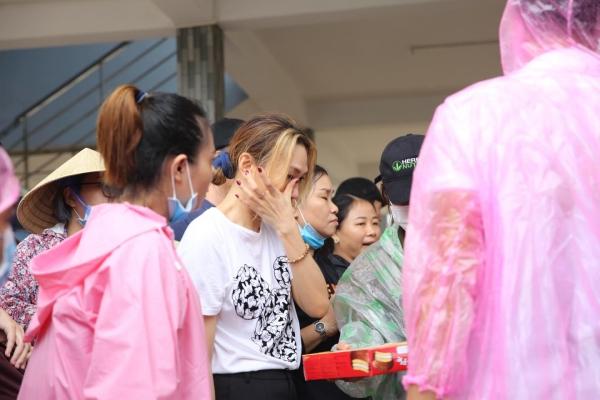 Không ồn ào phô trương, Mỹ Tâm lặng lẽ ra Quảng Nam để phân phát lương thực cho bà con vùng lũ 10