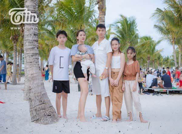 Gia đình chị Trang anh Nhật và 4 đứa con 2 trai, 2 gái.