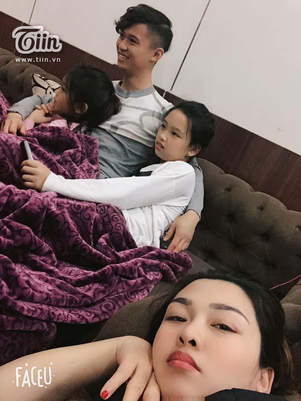 Gia đình gây sốt với bức ảnh vợ hơn chồng 11 tuổi vẫn trẻ măng, thêm 4 người con xinh đẹp chẳng kém thiên thần 5