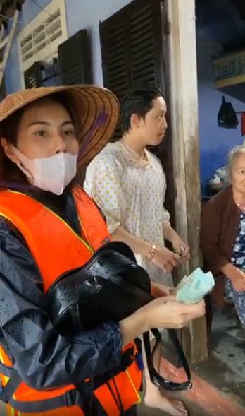 Ngày thứ 3 Thủy Tiên đi cứu trợ, người dân xếp hàng dài để được nhận tiền 7