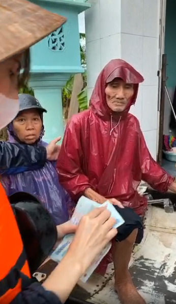 Ngày thứ 3 Thủy Tiên đi cứu trợ, người dân xếp hàng dài để được nhận tiền 3