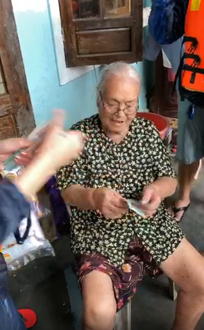 Những người già bị bệnh sẽ được cô cho thêm vài chút để mua thuốc