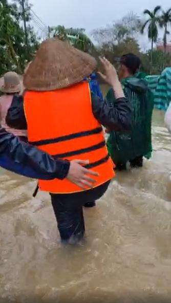 Thủy Tiên lội nước để đi cứu trợ cho bà con bị ngập sâu