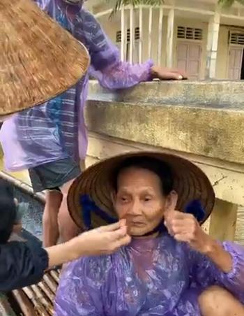 Cụ bà khóc khi nhận được tiền cứu trợ. Gia đình neo đơn chỉ có 2 vợ chồng già nên nhận được 20 triệu đồng