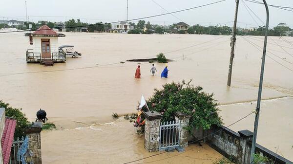 Lũ lụt miền Trung gây thiệt hại nặng nề.