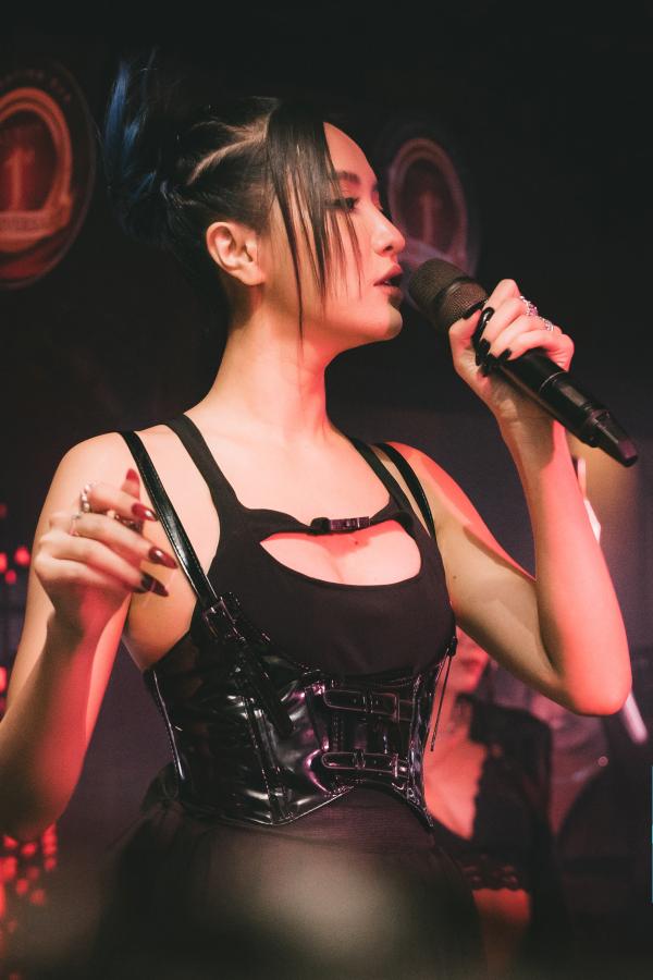 Bích Phương mặc sexy, lần đầu live hit 'Một cú lừa' khiến khán giả phát cuồng 2