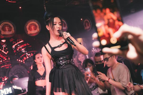Bích Phương mặc sexy, lần đầu live hit 'Một cú lừa' khiến khán giả phát cuồng 3