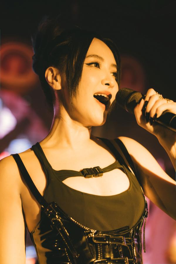 Bích Phương mặc sexy, lần đầu live hit 'Một cú lừa' khiến khán giả phát cuồng 0