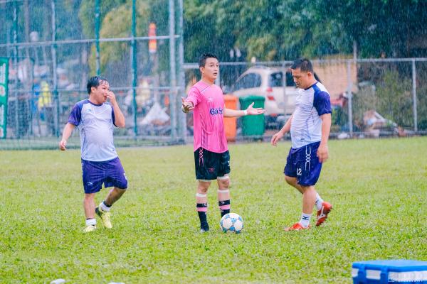 Tiến Luật, Hồ Việt Trung, Titi (HKT) cùng dàn sao đá bóng quyên góp được 550 triệu đồng ủng hộ Miền Trung 7