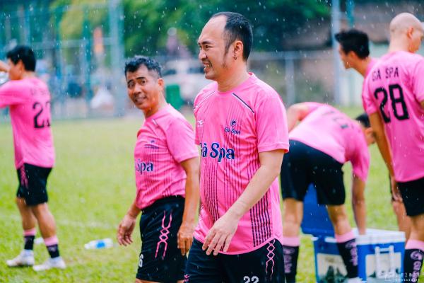 Tiến Luật, Hồ Việt Trung, Titi (HKT) cùng dàn sao đá bóng quyên góp được 550 triệu đồng ủng hộ Miền Trung 9