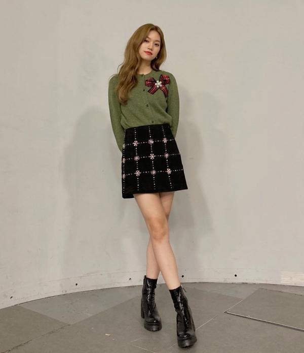 Áo len và chân váy là bộ đôi không bao giờ được thiếu trong tủ quần áo mùa thu đông của bạn gái.