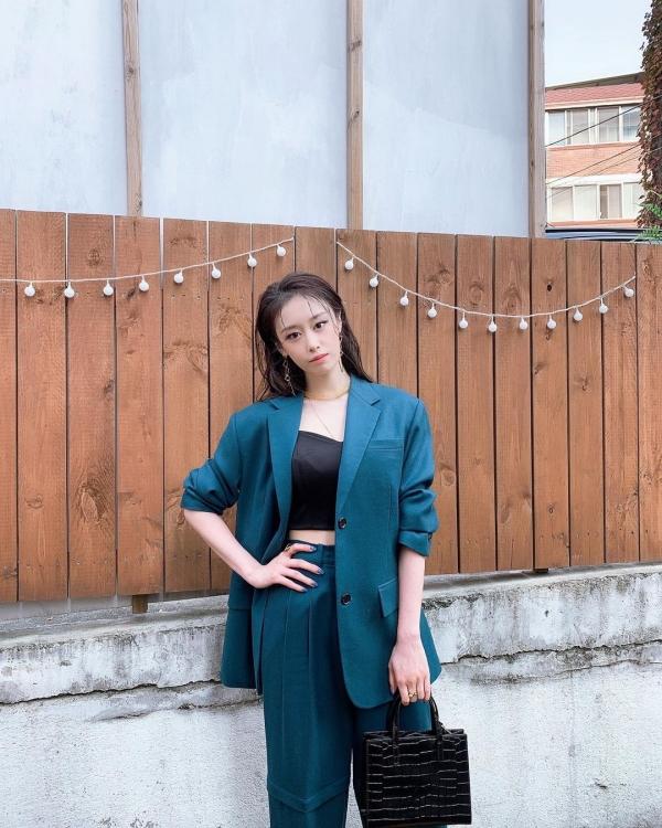 Diện cả cây đồng màu blazer với quầy tây như Ji Yeon luôn là sự lựa chọn sang trọng, thanh lịch. Ji Yeon còn khéo léo nhấn nhá cho set đồ mang màu xanh của mình bằng chút sắc đen với áo bra top và túi xách hình vuông cùng màu.
