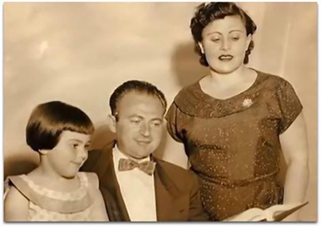 Ông Aaron Stern bên vợ và con gái.