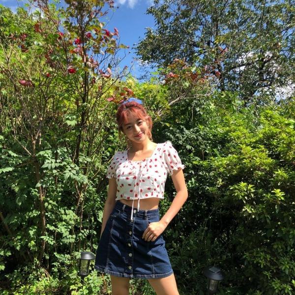 Chân váy phối với áo blouse ngắn có họa tiết xinh yêu như Jihyo lúc nào cũng 'cưng' hết nấc.