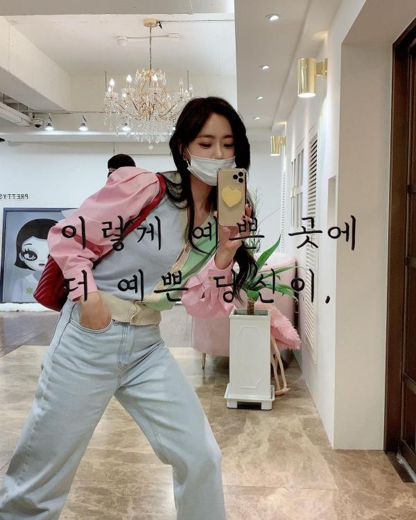 Cũng áp dụng cách thức phối như Joy, Eun Jung lấy chiếc quần jeans basic để mix&match với kiểu áo có nhiều màu sắc ngọt ngào, tạo thành outfit đơn giản mà trẻ trung cho 1 ngày đẹp trời.