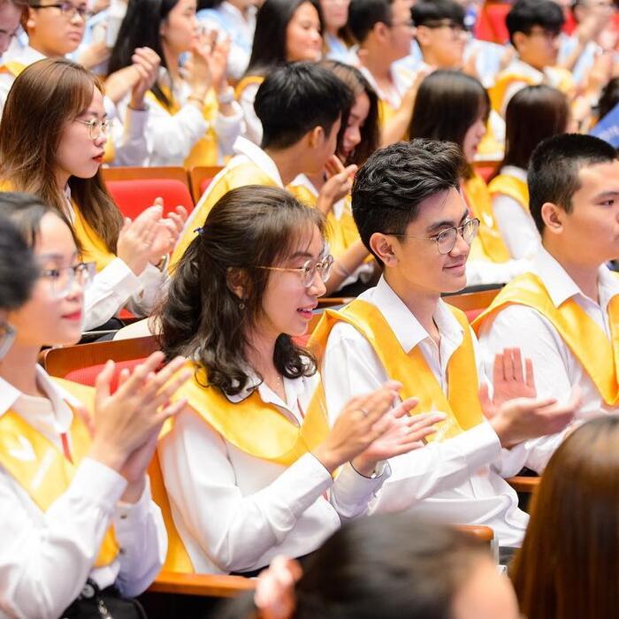 Những tân sinh viên khóa I của ĐH VinUni hào hứng trong buổi lễ khai giảng