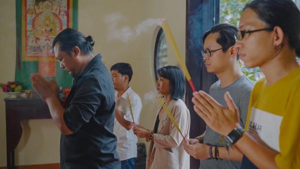 Đạo diễn Phan Gia Nhật Linh và ê-kíp cúng khai máy