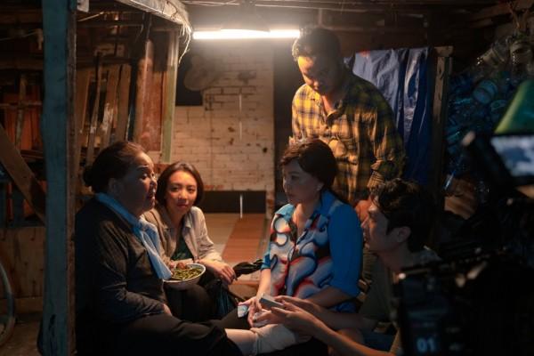 Thu Trang - Tiến Luật tung trailer 'Chuyện xóm tui', mở đầu đã có cảnh sàm sỡ 3