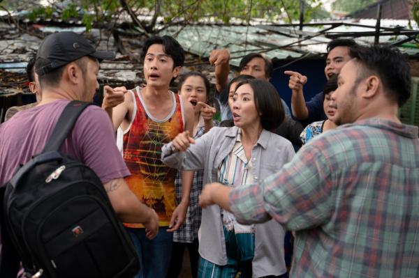Thu Trang - Tiến Luật tung trailer 'Chuyện xóm tui', mở đầu đã có cảnh sàm sỡ 2