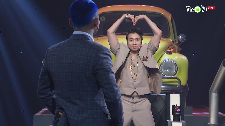 Karik đứng hẳn dậy, dùng hai tay tạo hình trái tim gửi tặng Lor vì màn trình diễn ấn tượng