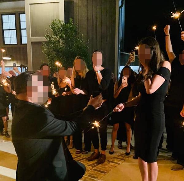 Cô nàngđược bạn trai cầu hôn ngay trong đám cưới của anh họ.