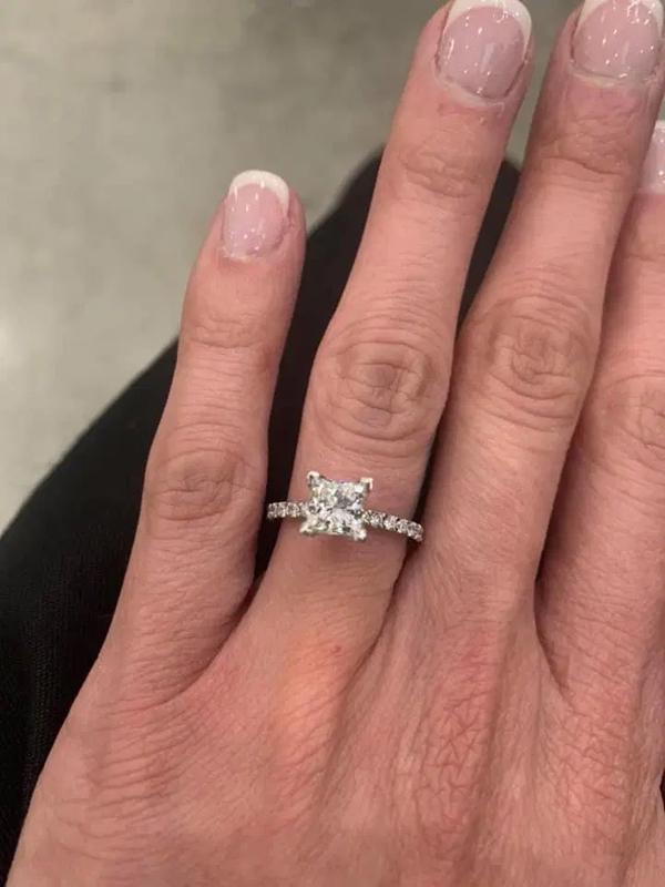 Cô nàng hạnh phúc khoe chiếc nhẫn cầu hôn.