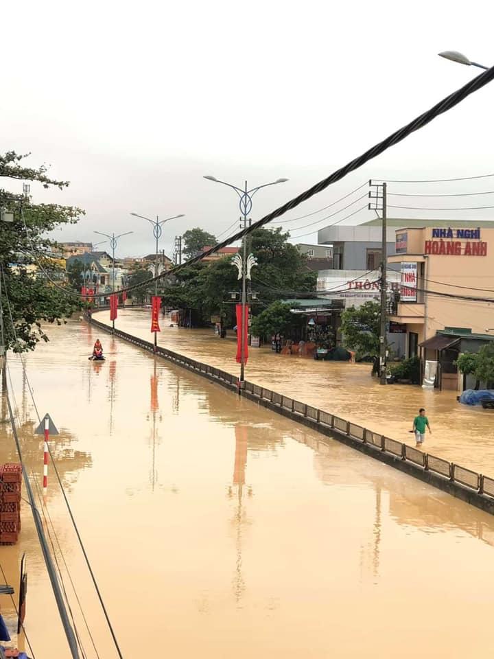 Quảng Trị ngập nặng sau cơn mưa lớn khuya 17/10.