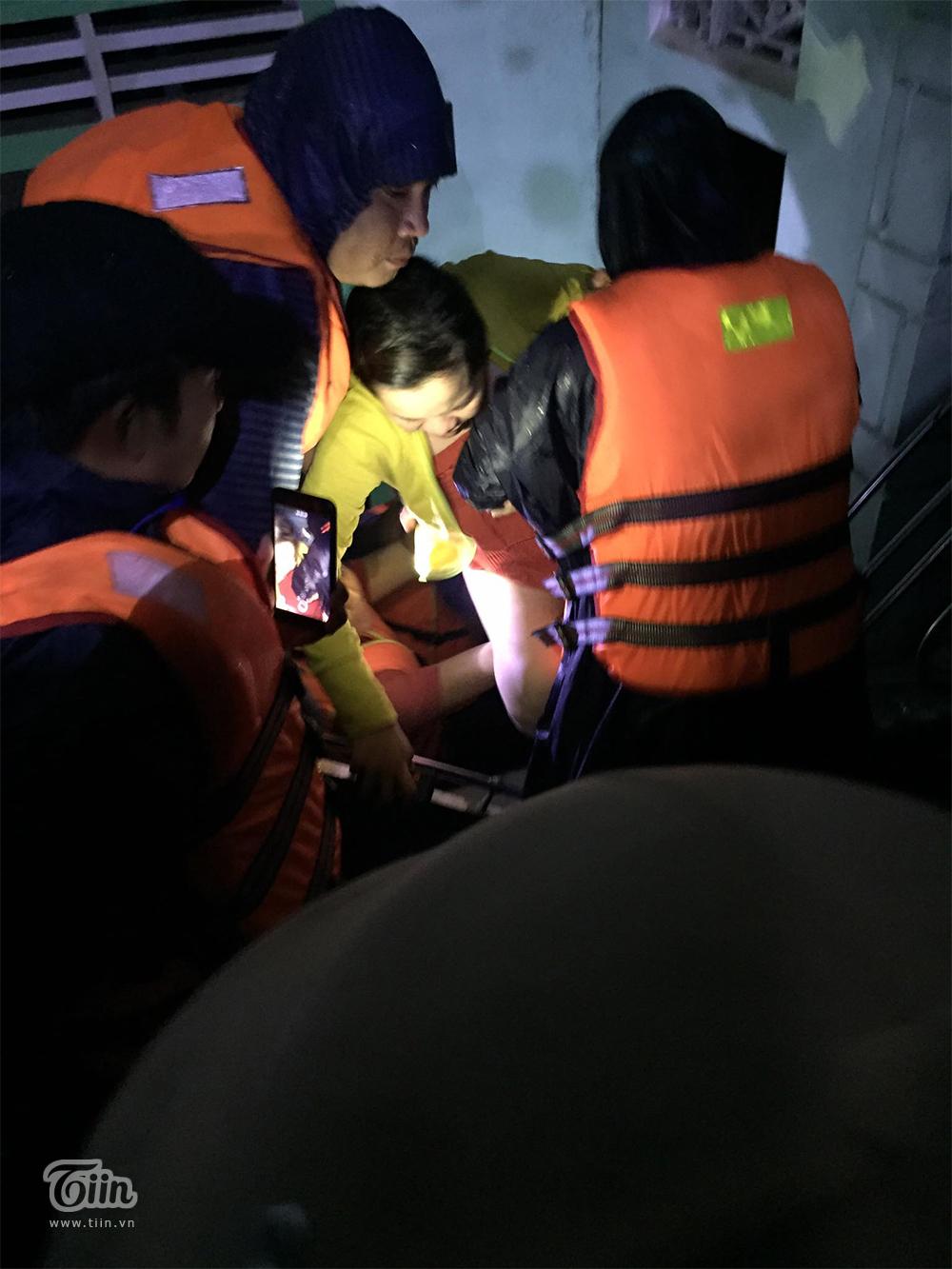 Chuyển dạ trong đêm lũ đỉnh điểm, sản phụ ở Quảng Trị được cứu hộ khẩn cấp đến viện kịp giờ sinh 2