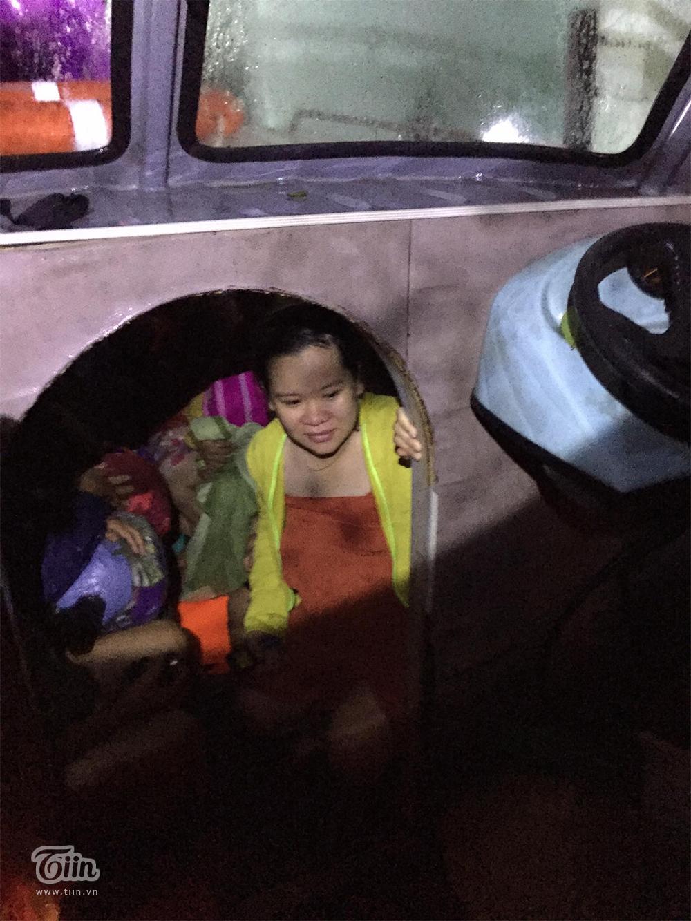 Đội cứu hộ cùng người nhà chung sức chung lòng đưa chị Mến lên cano an toàn