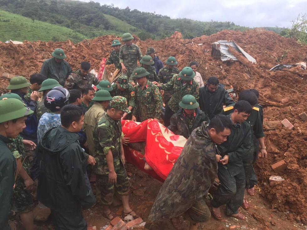 Lực lượng chức năng đưa thi thể nạn nhân ra ngoài.