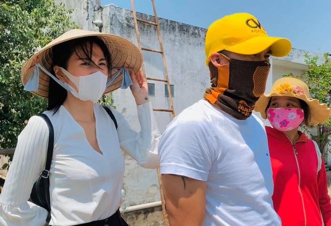 Hình ảnh vợ chồng Thủy Tiên - Công Vinh làm từ thiện cùng nhau
