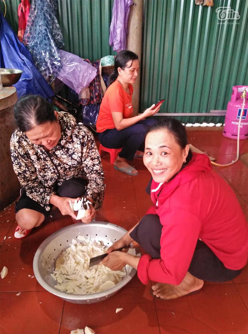Quảng Trị: Ấm lòng người dân vùng lũ góp lương thực nấu đồ ăn tiếp tế cho vùng ngập nặng hơn 1