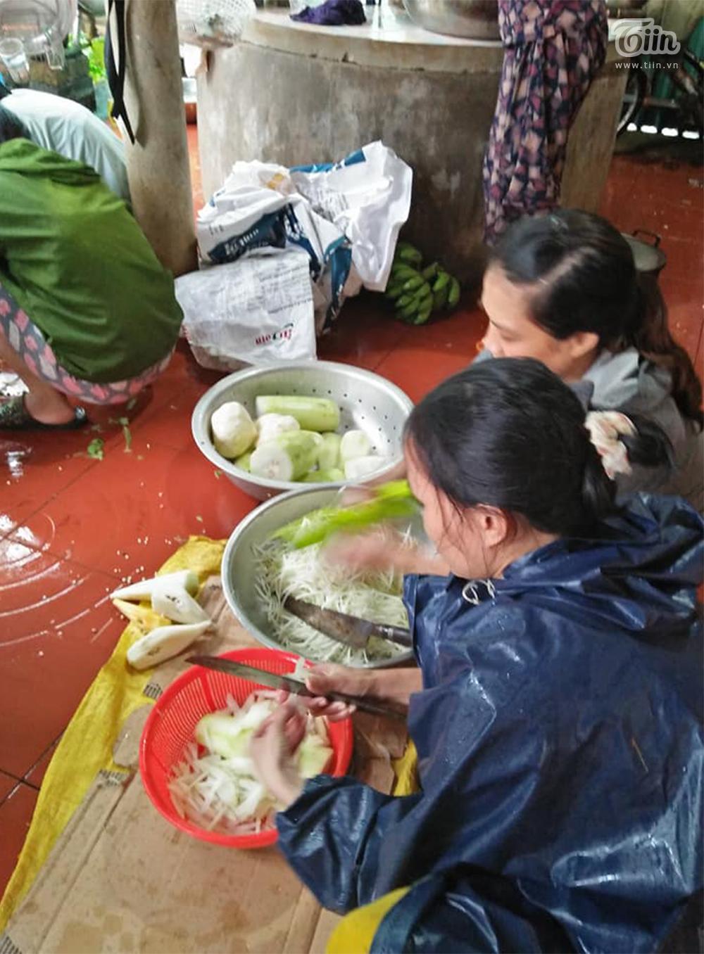 Quảng Trị: Ấm lòng người dân vùng lũ góp lương thực nấu đồ ăn tiếp tế cho vùng ngập nặng hơn 2