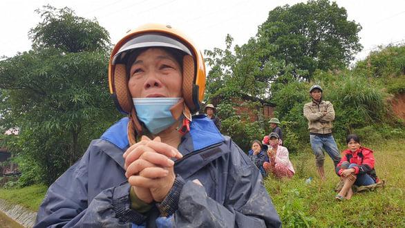 Người mẹ chờ tin con trong vụ sạt lở ở Quảng Trị. Ảnh: Tuổi trẻ.