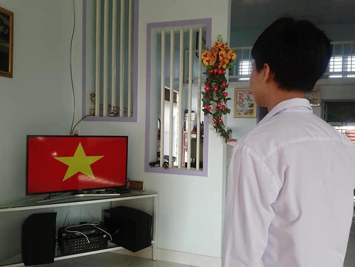 Học sinh chào cờ online ngay trước màn hình máy tính